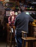 Amigos que relaxam no bar Conversação amigável com desconhecido Homem farpado brutal do moderno para gastar o lazer com barra do  fotos de stock