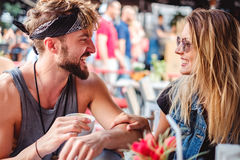 Amigos que riem em um café Imagem de Stock