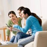 Amigos que señalan y que leen el mensaje de texto imagen de archivo libre de regalías