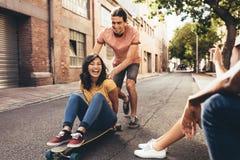 Amigos que se divierten al aire libre imagen de archivo