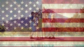 Amigos que se divierten con la bandera americana