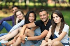 Amigos que se divierten en el aire abierto Foco en mujer joven Fotos de archivo