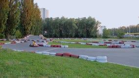 Amigos que se divierten en el kart que compite con el parque, ocio activo, competencia de alta velocidad metrajes