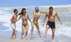 Amigos que se divierten en la playa Fotos de archivo