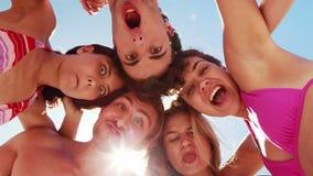 Amigos que se divierten en la playa almacen de video