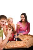 Amigos que se divierten y que comen la pizza Foto de archivo libre de regalías