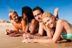 Amigos que se ejecutan el vacaciones de la playa Fotos de archivo