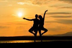 Amigos que se ligan en la puesta del sol Imagen de archivo libre de regalías
