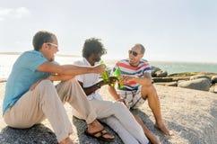 Amigos que se relajan con algunas cervezas foto de archivo libre de regalías