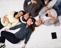 Amigos que se relajan con los artilugios Foto de archivo libre de regalías