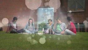 Amigos que se relajan en hierba con la animación de la luz de la burbuja almacen de metraje de vídeo