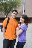 Amigos que se unen en campus de la universidad Fotos de archivo