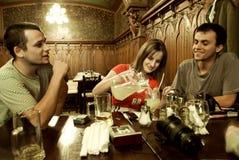 Amigos que socializan Foto de archivo libre de regalías