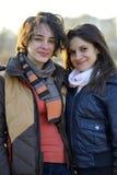 Amigos que sonríen y que miran la cámara Foto de archivo libre de regalías
