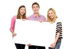 Amigos que sostienen el cartel en blanco Imágenes de archivo libres de regalías