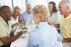 Amigos que têm o almoço em um restaurante imagens de stock royalty free