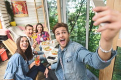 Amigos que têm o divertimento durante o almoço junto Imagem de Stock Royalty Free