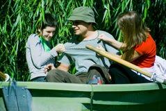 Amigos que têm o divertimento no barco Foto de Stock