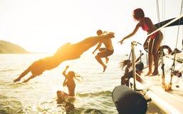 Amigos que têm o divertimento no barco Imagem de Stock