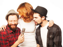 Amigos que têm o divertimento no karaoke Fotografia de Stock