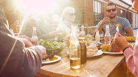 Amigos que têm o jantar ou o partido do BBQ no telhado vídeos de arquivo