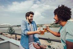 Amigos que têm o partido na cerveja bebendo do telhado foto de stock royalty free