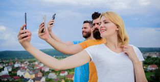 Amigos que t?m o divertimento no telhado, selfie da tomada Conceito da felicidade fotos de stock