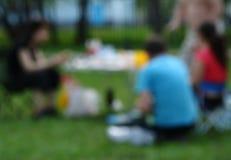 Amigos que tienen comida campestre Imágenes de archivo libres de regalías