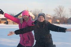 Amigos que tienen un selfie en la nieve Imágenes de archivo libres de regalías