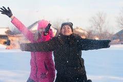 Amigos que tienen un selfie en la nieve foto de archivo