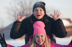 Amigos que tienen un selfie en la nieve Imagen de archivo