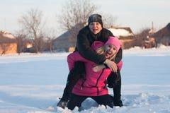 Amigos que tienen un selfie en la nieve Fotos de archivo libres de regalías