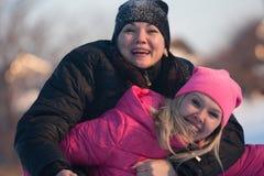 Amigos que tienen un selfie en la nieve Imagen de archivo libre de regalías
