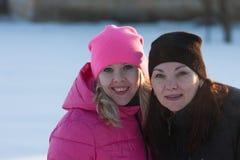 Amigos que tienen un selfie en la nieve Foto de archivo libre de regalías