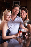 Amigos que tienen una bebida en barra Fotografía de archivo libre de regalías