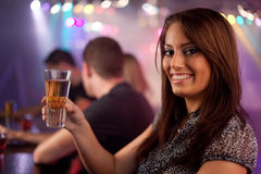 Amigos que têm uma bebida Fotografia de Stock Royalty Free