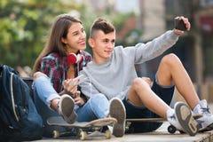 Amigos que tomam a imagem para o selfie Imagem de Stock Royalty Free