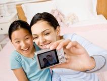 Amigos que toman el autorretrato con las cámaras digitales Fotos de archivo