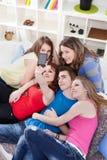 Amigos que toman el cuadro de sí mismos Fotografía de archivo libre de regalías