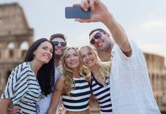 Amigos que toman el selfie con smartphone Foto de archivo libre de regalías