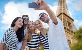 Amigos que toman el selfie con smartphone Fotos de archivo libres de regalías