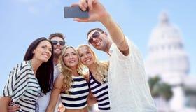 Amigos que toman el selfie con smartphone Imagenes de archivo