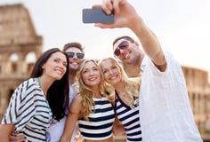 Amigos que toman el selfie con smartphone Imagen de archivo libre de regalías