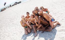 Amigos que toman el selfie con smartphone en la playa Imagen de archivo libre de regalías