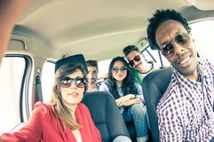 Amigos que toman el selfie en el coche Foto de archivo libre de regalías