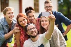 Amigos que toman el selfie por smartphone en el verano Imagenes de archivo