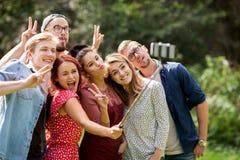 Amigos que toman el selfie por smartphone en el verano Foto de archivo