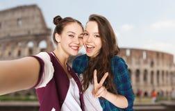 Amigos que toman el selfie sobre coliseo Fotos de archivo