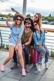 Amigos que toman el selfie y que se divierten por el río Foto de archivo