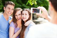 Amigos que toman la foto afuera Imágenes de archivo libres de regalías